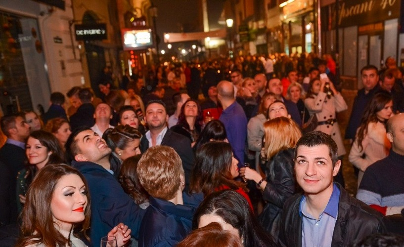 Cutremurul puternic din noaptea de 27-28 octombrie nu a gonit tinerii care petreceau în Centrul Vechi din București, doar i-a scos pe majoritatea în stradă