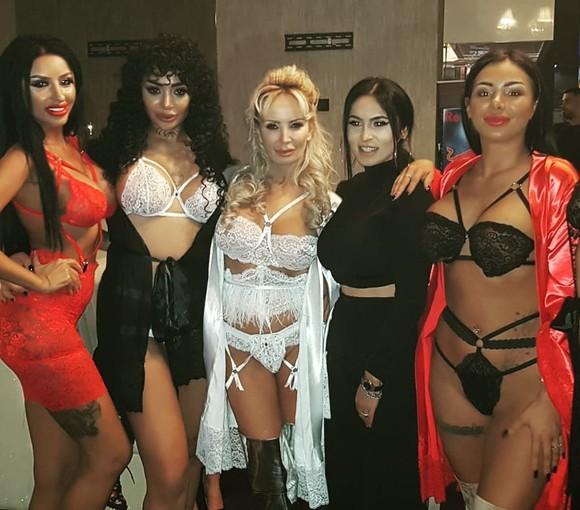 Daniela Gyorfi alături de modelele prezentării în lenjerie intimă la care a participat