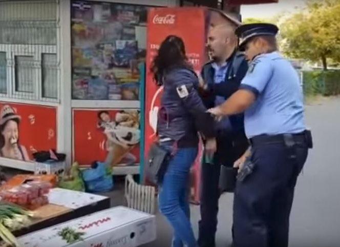 Femeie arestată de agenții de poliție pentru comercializarea de legume într-o tarabă improvizată