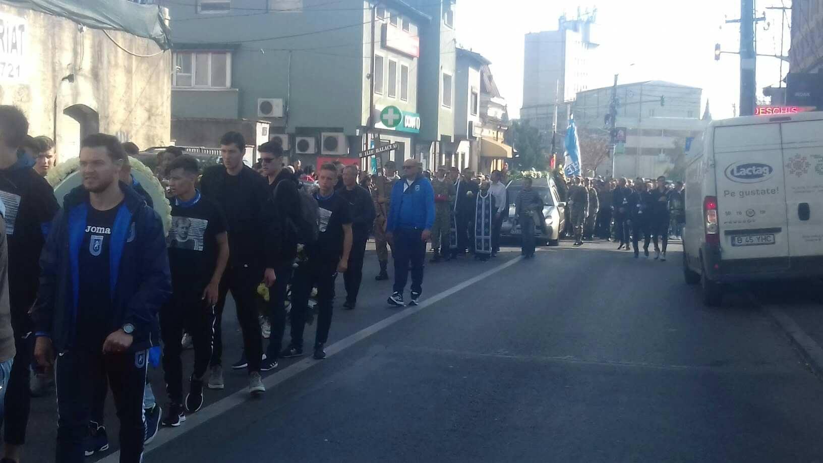 Trafic pe străzile Craiovei din cauza numărului mare de oameni veniți la căpătâiul lui Ilie Balaci