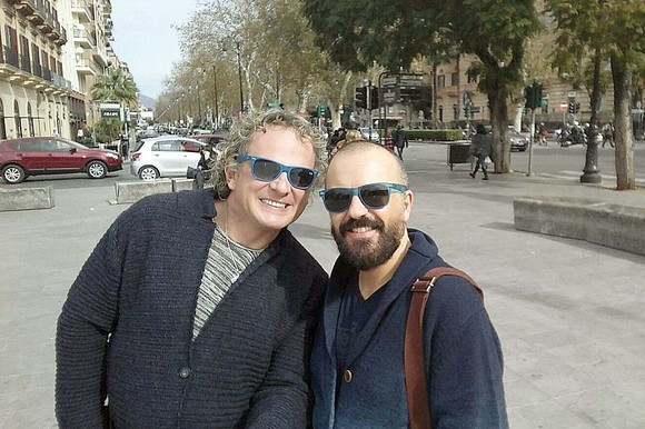 Leonard Miron, fost prezentator de televiziune, alături de iubitul său Miguel, duce în Spania