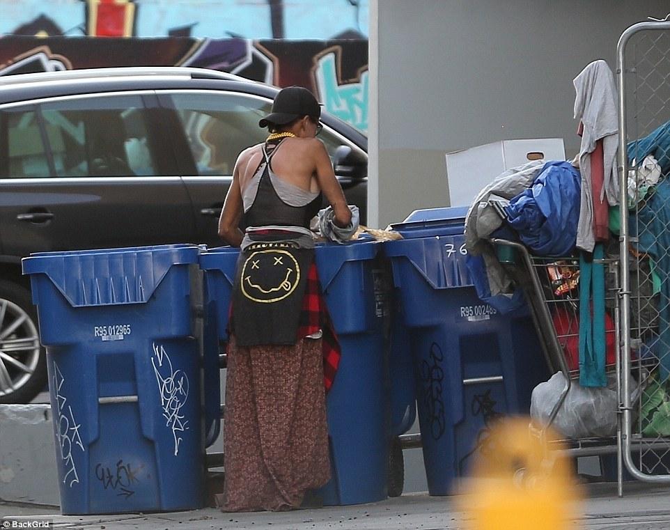 O celebră blondă a ajuns să caute prin gunoaie și să doarmă pe străzi! FOTO