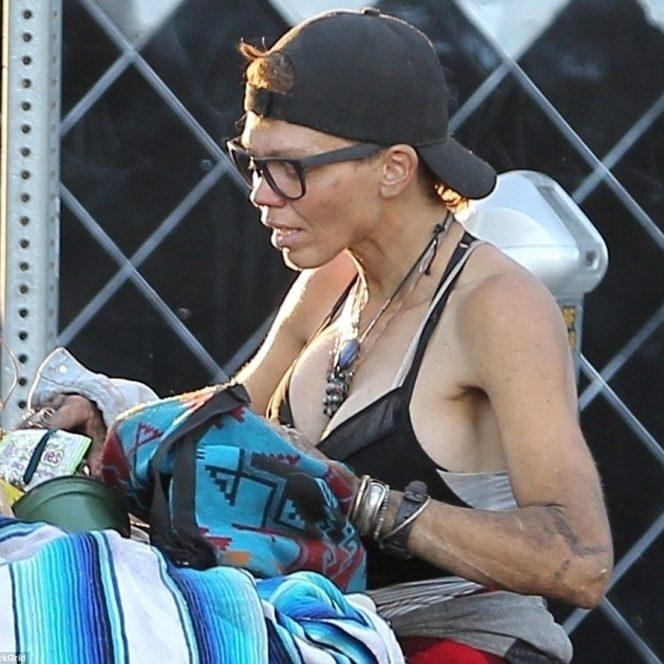 Lonni Willison, cărând un cărucior plin de haine vechi și pături pe străzile din Los Angeles