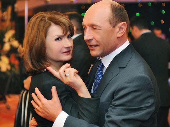 Maria Băsescu, apariție misterioasă la botezul nepoatei sale! Nu a văzut-o aproape nimeni pe tot parcursul evenimentului! FOTO
