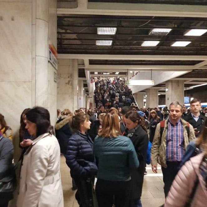 Mii de oameni au așteptat peste 40 de minute metrourile din București