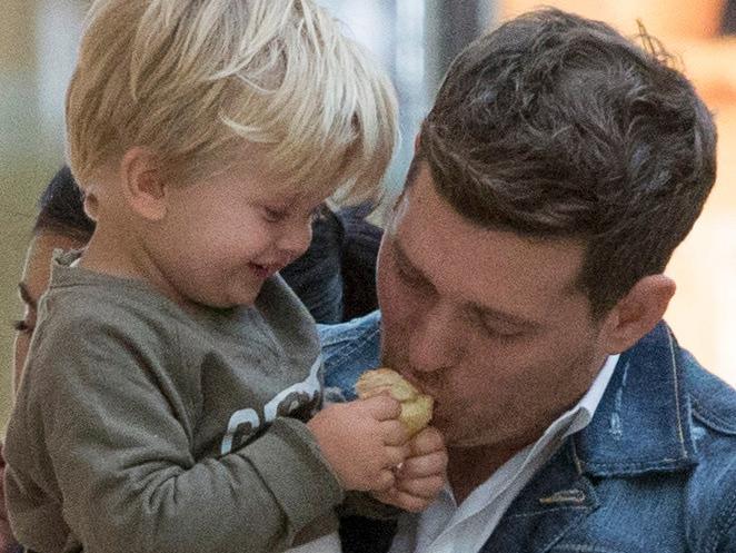 Solistul împreună cu fiul său bolnav de cancer, Noah