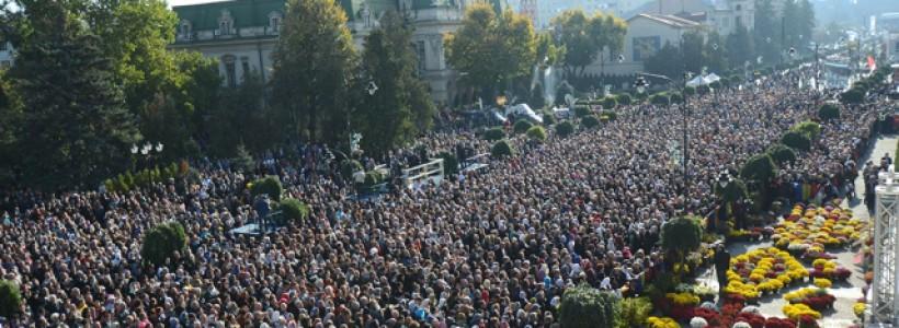 Peste 200.000 de enoriași veniți la moaștele Sfintei Parascheva