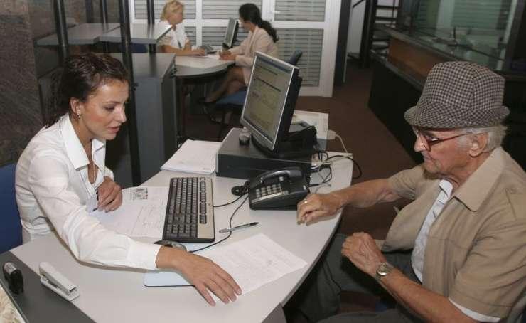 Pensionarii vor primi pensiile doart pe card, începând din 2019