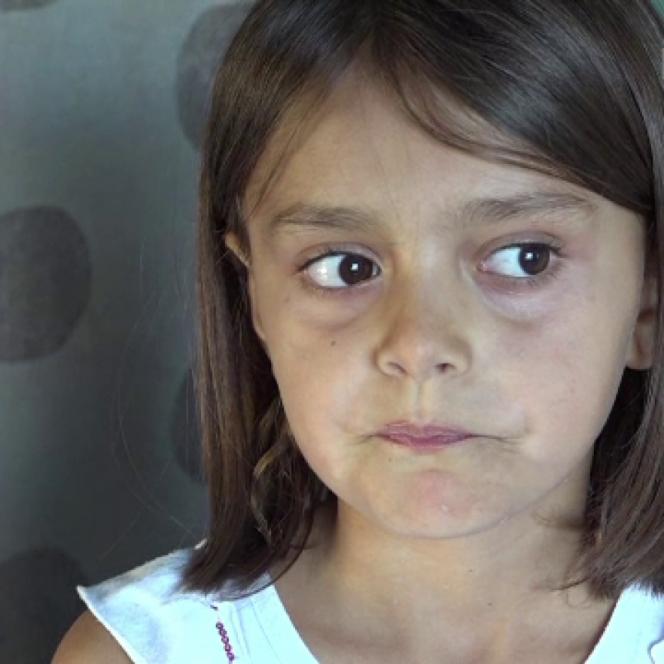 Roxana, fetița care stă flămândă zi de zi
