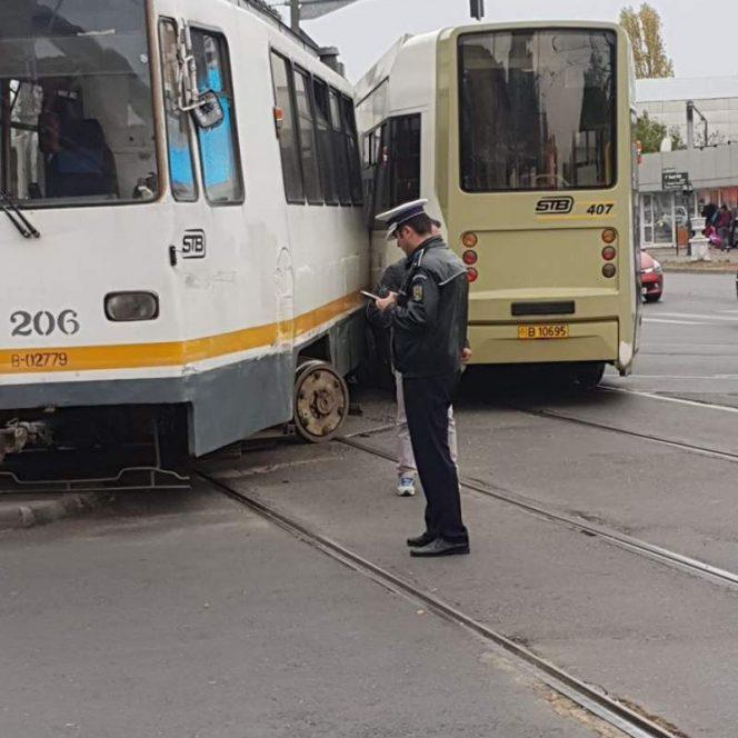 Cele două tramvaie care s-au intersectat în Capitală