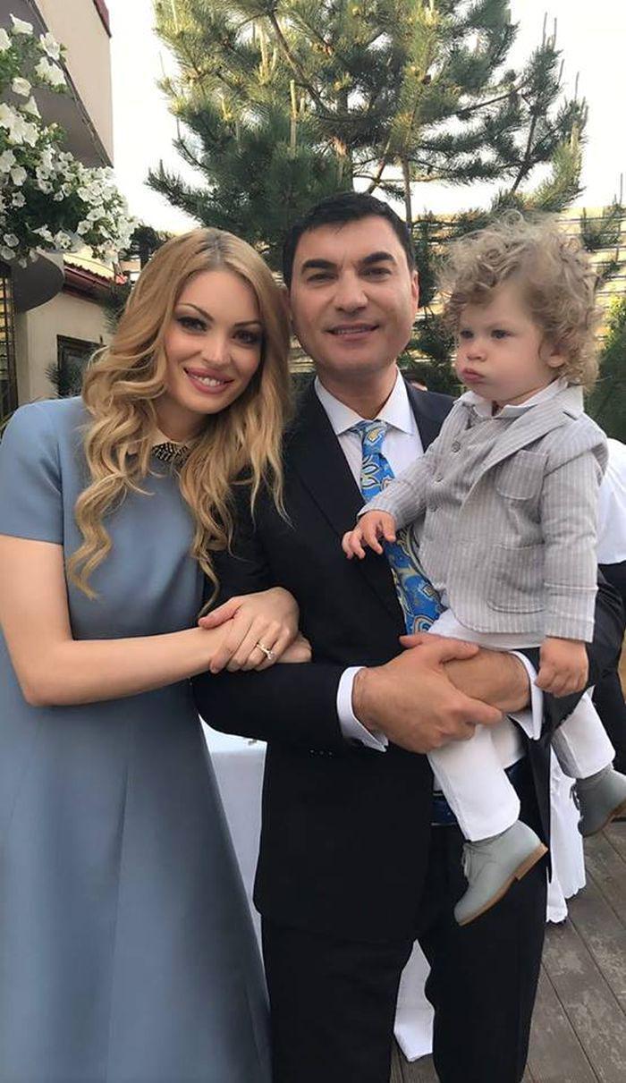 Cristi Borcea alături de Valentina Pelinel și fiul acestora, Milan