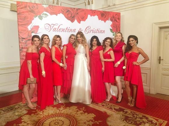 Pe lângă Valentina Pelinel, care a strălucit în rochia de mireasă, cele 8 domnișoare de onoare au furat privirile tuturor