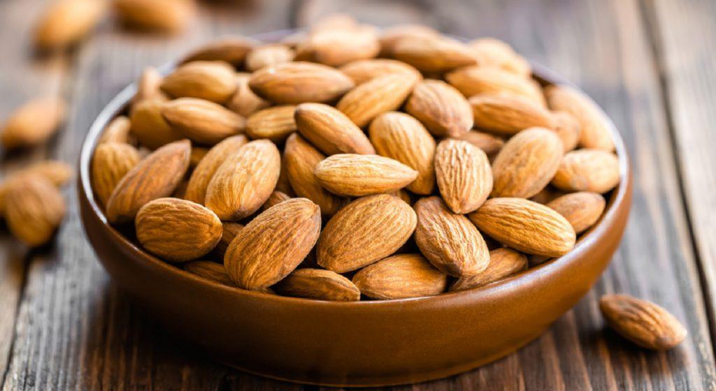 10 alimente sănătoase care vă scapă de constipație: migdalele. Exotice și ușor de mâncat. Ca... semințele!