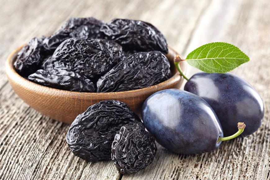 10 alimente sănătoase care vă scapă de constipație: prunele, uscate sau proaspete