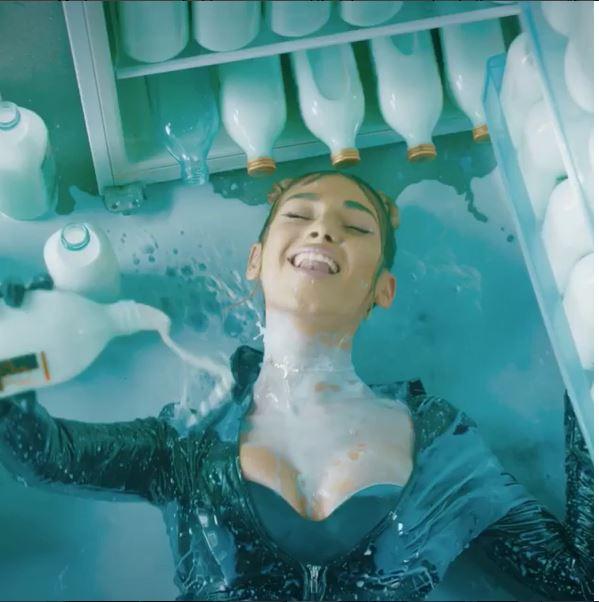 Alina Eremia îşi toarnă lapte pe ea în filmările noului clip. Piesa se va numi 69