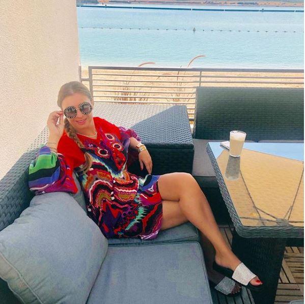 Anamaria Prodan s-a fotografiat şi la o terasă din Dubai. Vedeta la o cafea