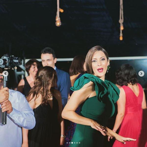 Andreea Berecleanu adoră să danseze la nunți, învățându-i și pe copiii ei să se distreze la maximum