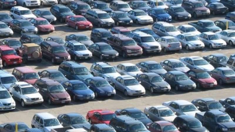 Mașini parcate într/un loc special amenajat