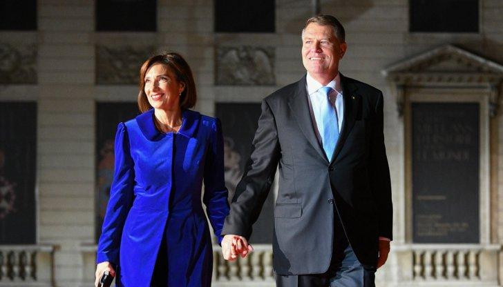 Klaus Iohannis şi Carmen Iohannis şi-au făcut apariţia la Ziua Armistiţiului din Paris. Cei doi zâmbesc la păşirea pe covorul roşu
