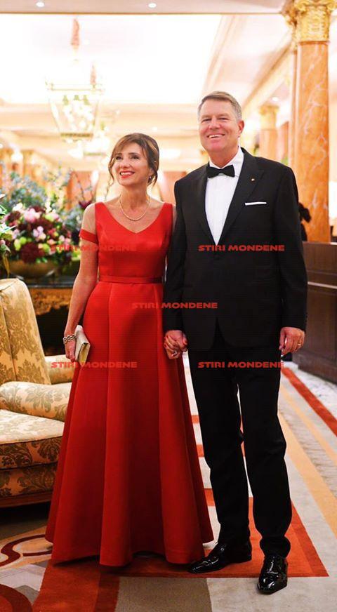 Carmen Iohannis și Klaus Iohannis, la aniversarea prințului Charles. Soția președintelui poartă o rochia creată de un designer român, în speță, Andrea Ticu.
