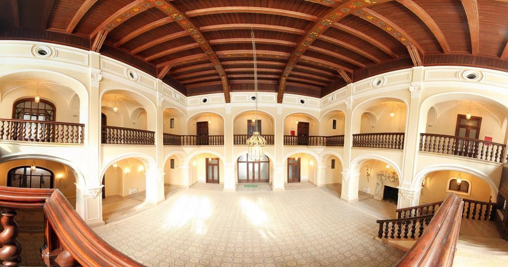 în fotografie se află interiorul castelului karolyi
