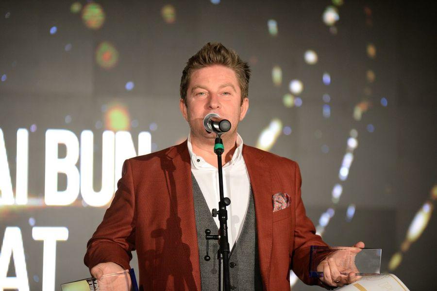 Pavel Bartoş a prezentat premiile TV Mania! Cine au fost câştigătorii. Prezntatorul TV în timpul unui discurs