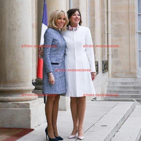Carmen Iohannis alături de Brigitte Macron, în timpul vizitei din Franţa în faţa Palatului Elysee