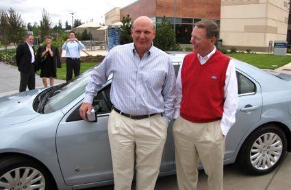 Steve Ballmer alături de maşina sa
