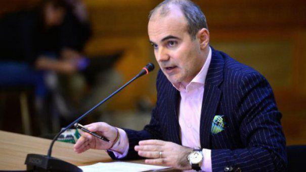 Rareş Bogdan în timpul unei discuţii, la microfon