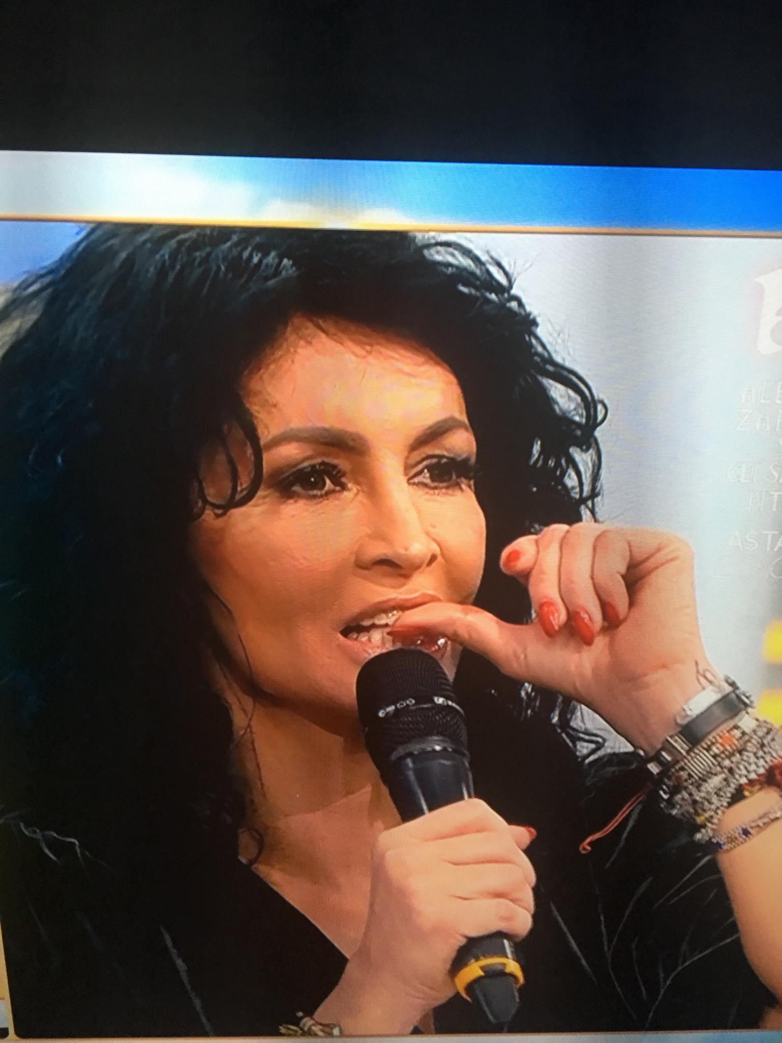 Mihaela Rădulescu îşi muşcă unghiile în timpul unui joc la care a supus-o fostul său iubit, Dani Oţil. Vedeta TV se uită într-un monitor