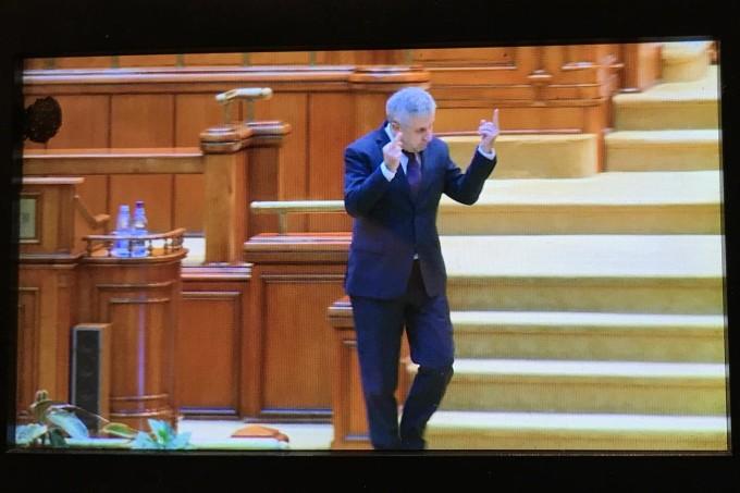 Florin Iordache, fostul ministru al justitiei, și-a explicat gestul obscen facut in parlament
