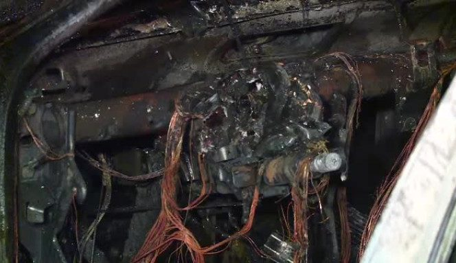 Aşa arată acum bordul uneia dintre maşinile distruse de incendiul din Pasajul Basarab. Au rămas doar fiarele, restul a fost făcut scrum