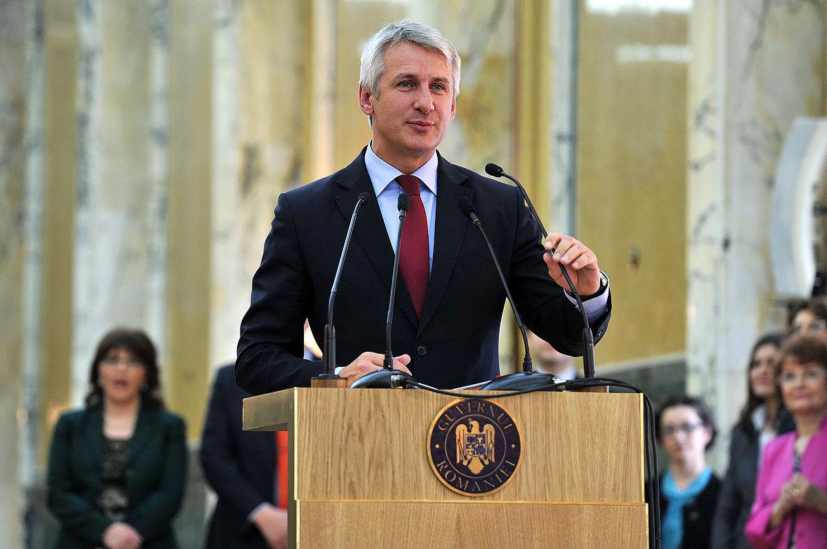 Eugen Teodorovici, ministrul Finanţelor în timpul unei dezbateri