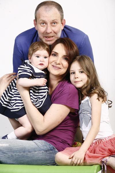Florin Busuioc alături de soția și cele două fiice, Catinca și Natalia