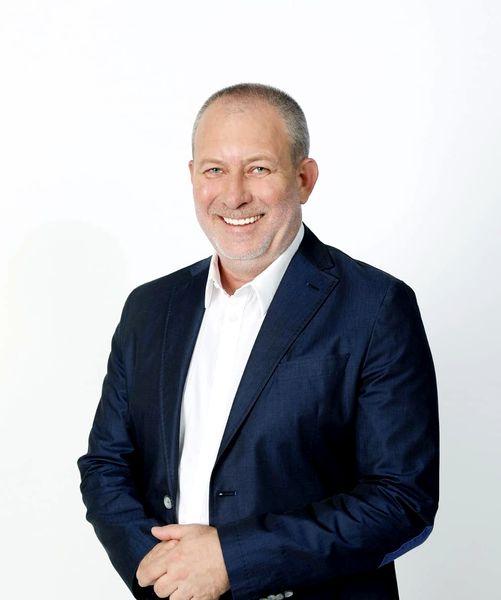Florin Busuioc zâmbeşte în timpul unei şedinţe foto realizată la PROTV