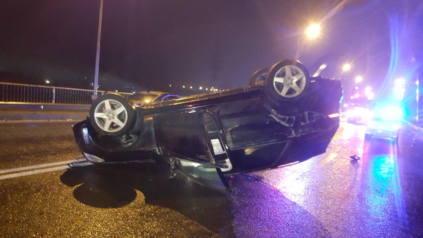 Una dintre maşinile implicate în gravul accident de circulaţie, răsturnată pe şosea. Imagini de la locul accidentului