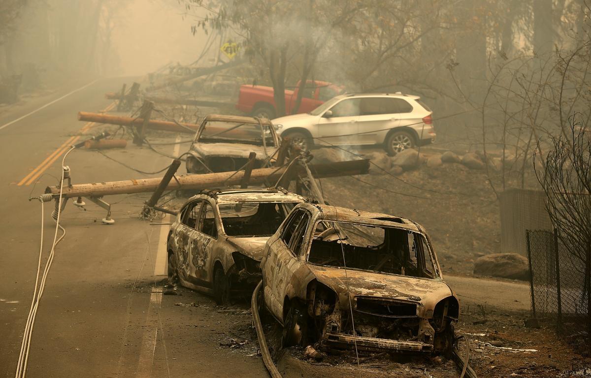 Dezastrul lăsat în urmă de incendiile din California. Maşinile sunt distruse pe marginea drumului, stâlpii de elecricitate sunt picaţi pe şosea