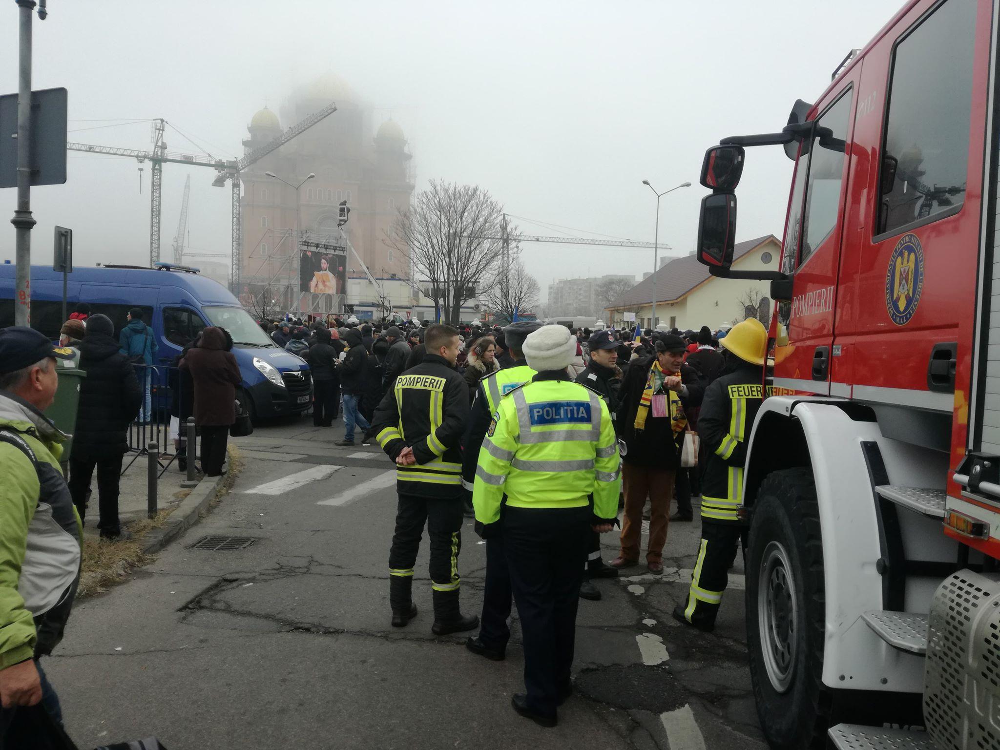 Primul bilanț al evenimentelor misiunii e la lăcașul sfânt a adus și episoade teribile. De la începutul desfășurării acțiunilor pentru sfințirea Catedralei Naționale, de la ora 08:00, până acum, echipajele de pompieri SMURD au acordat îngrijiri medicale la aproximativ 30 de oameni. Dintre aceștia, două persoane au fost transportate la spital. De asemenea, conform ISU București-Ilfov, situația cazurilor medicale este dinamică.