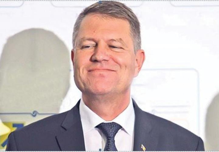 Klaus Iohannis zâmbeşte în timpul unei şedinţe fotografice