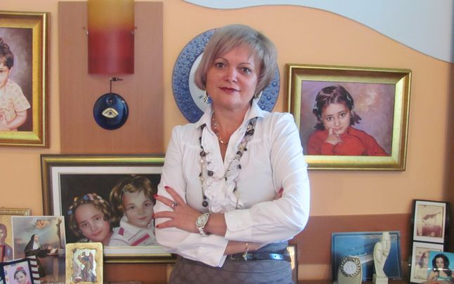 Elena Udrea a fost vizitată în închisoare din Costa Rica de partenera ei de afaceri. Cine este Lia Stanca și ce vrea de la fostul ministru? Pe scurt, în anul 2015, Elena Udrea a fost obligată să plătească o cauțiune imensă, impusă de DNA, prin instituirea unei garanții reale imobiliare pentru bunuri deținute la Boghiș Băi, stațiunea unde politicianul cumpărase în anul 2013 un procent de 50% din acțiuni. Cealaltă jumătate rămănând în proprietatea associate sale, Lia Stanca.