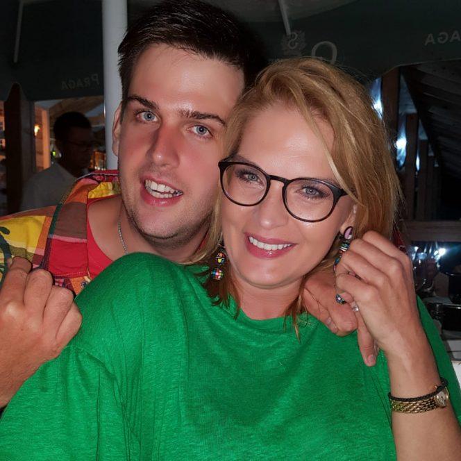 Manuela Hărăbor alături de fiul său, Andrei