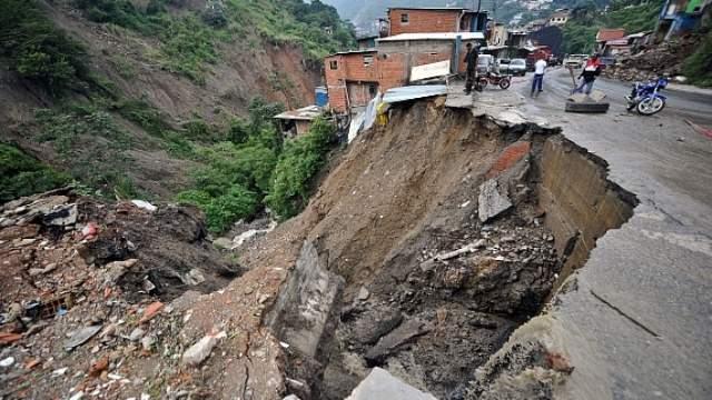 Aşa spune Maria Ghiorghiu că i s-a arătat dezastrul din cartierul de blocuri. Imagine cu un teren surpat, devenit prăpastie
