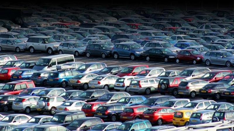 Zeci de maşini diesel vechi, parcate într-o zonă special amenajată