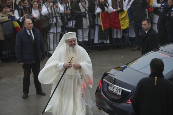 Preafericitul Părinte Daniel, patriarhul Bisericii Ortodoxe Române, în timp ce cobora din maşină, un Mercedes, la sfinţirea Catedralei Mântuirii Neamului, care a avut loc duminică, 25 noiembrie, 2018