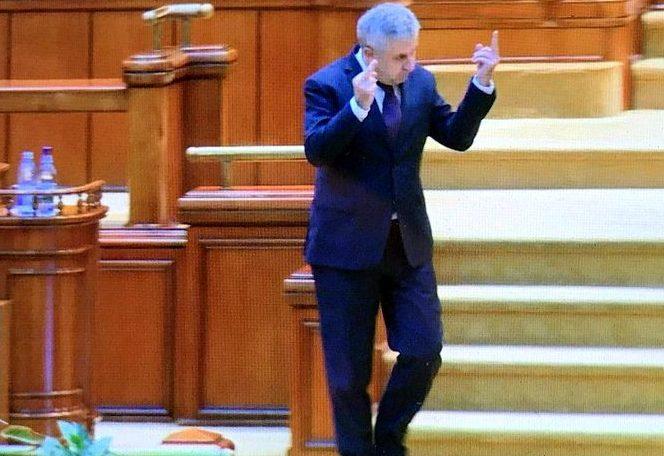 Gestul obscent făcut de Florin Iordache în Parlament, care a dus la vandalizarea casei sale.