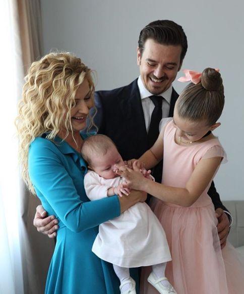Mihai Petre și Elwira alături de cele două fiice