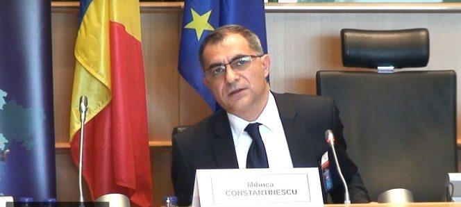 Mihnea Constantinescu răspunde unei întrebări venite din partea unui jurnalist. Fostul diplomat discutând cu presa
