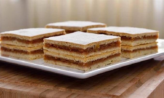 """Plăcinta cu mere a Jamilei iese fragedă și """"cumplit"""" de plăcut de... mâncat! Aluat moale, umplutură delicioasă!"""