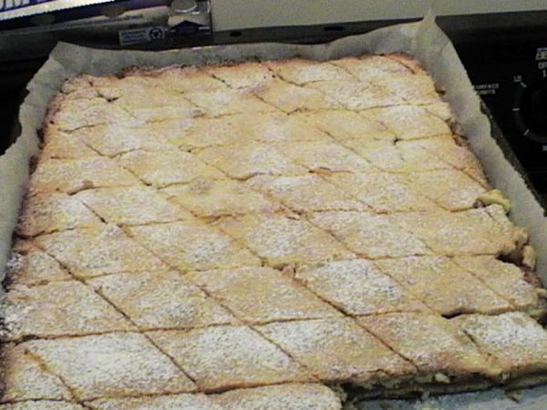 Plăcinta cu mere a lui Radu Anton Roman vine prin timp de la marele epigramist Păstorel Teodoreanu, un nonconformist iubitor autodeclarat de vinuri și plăceri lumești