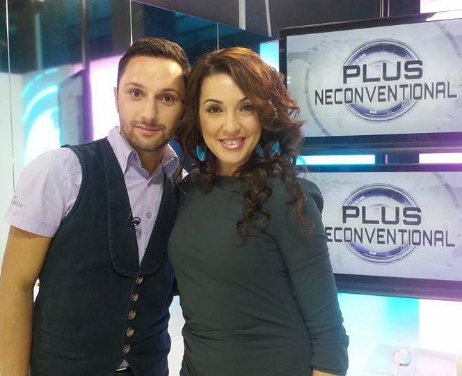 Cristi Georgescu se fotografiază alături de cântăreaţa Nicoleta Matei (Nico) în culisele unei emisiuni de la trustul Intact